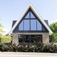 Door de dikkere lintvoeg van ca. 15 mm ontstaat ondanks de grillige mediterrane steen een strakke belijning. Daardoor past deze authentieke steen uitstekend in een verder modern ontworpen woning.  Verder is gekozen voor een strakke omkadering van het metselwerk, gecombineerd met een zadeldak.  #natuurgevelsteen #natuursteen #architectuur Beautiful House Plans, Beautiful Homes, Bungalow, House In Nature, Villa, New Homes, House Design, Cabin, Landscape