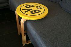 Der vermutlich schnellste Ikea-Hack, den es gibt: Verwandle deinen Frosta-Hocker in einen schicken Beistelltisch fürs Sofa.