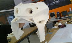 DISEÑO DE SUPERFICIES AVANZADAS.   Prototipo de carenado de Scooter eléctrica para Movand Motors.   Mecanizado en espuma de poliuretano por Fab Lab, Universidad de Sevilla.