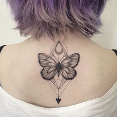 Explore some of the best butterfly tattoo designs that will satisfy the most meticulous body art enthusiasts. In this gallery will also showcase different styles of the butterfly tattoo and will have you convinced that this is fitted for any gender. Unique Butterfly Tattoos, Butterfly Back Tattoo, Butterfly Tattoo Designs, Tattoo Designs For Women, Flower Tattoos, Butterfly Design, Geometric Tattoo Butterfly, Brust Hals Tattoo, Tattoo Hals