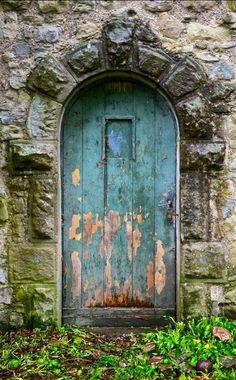 """esta es la puerta de la pelicula """"la puerta del jardin"""" (creo) es bella, tanto la peli como esa puerta, me encanta el color!!!!!!!!! dios!!!!"""