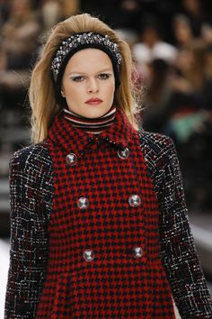 Chanel Fall 2017 Ready-to-Wear Fashion Show Fashion Week, Fashion 2017, Runway Fashion, Fashion Show, Fashion Looks, Fashion Outfits, Womens Fashion, Fashion Trends, Style Couture