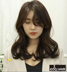고급스러우면서 청순한 헤어 # 안녕 하세요. 벌써 주말이네요...도서관에 가서 책을 많이 빌려오고읽고 있... Medium Hair Cuts, Medium Hair Styles, Curly Hair Styles, Permed Hairstyles, Pretty Hairstyles, How To Curl Short Hair, Aesthetic Hair, Asian Hair, Hair Affair