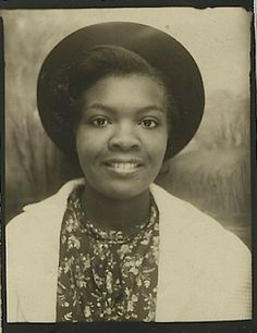 The Black Women *Photobooth Series* The faces of black women from the The color photos were developed using the 'hand-tinting' process which was a popular way to colorize black and white photos. American Women, African American History, Vintage Pictures, Vintage Images, Vintage Magazine, Vintage Photo Booths, Photos Booth, Mug Shots, Vintage Photographs