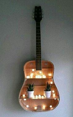 Ótima idéia para fazer com aquele violão quebrado, jogado no canto do quarto, não é mesmo?! #reciclar #decoração #idéia #inspiração #design