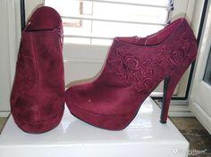 Bellissime scarpe color bordeaux, nei lati ci sono ricamate delle rose e il tacco è alto 12 cm. Hanno la chiusura a zip su un lato e sono fatte in eco pelle scamosciata.