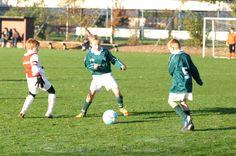 jongen speelt voetbal