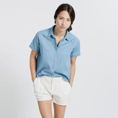 Everlane chambray short sleeve shirt A laid back top in soft indigo-dyed cotton. Cropped boxy silhouette ✨ Everlane Tops Button Down Shirts