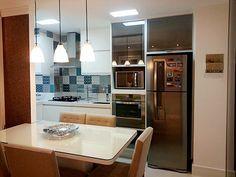 Quase uma unanimidade, a cozinha aberta para a sala cria uma dúvida: O que fazer para dividir estes ambientes de uma forma funcional, que mantenha boa circulação, luminosidade e ventilação ? Tudo depende das suas necessidades, desejos e disposição dos ambientes.