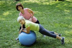 Esta bola permite-lhe trabalhar toda a zona central do corpo, onde se encontra a musculatura pélvica, e ajuda-nos a estabilizar e manter uma postura mais adequada. Pode até utilizá-la regularmente…