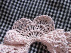 レースの40番程度の細い糸で#72の(サブ写真白)シュシュの様なたっぷりのフリルを  わざと段をずらしてみました 結んだ時にフリルの先が重ならないので可愛いです。 編み針は少し大きめで柔らかく編みました  ボリュームがあっても涼しげな色なら夏にぴったりです 浴衣にも合いますよ
