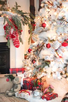 Give your Christmas decoration a festive touch. Try the classic Red and white Christmas decor. Here are Red and White Christmas decor ideas for you. Silver Christmas, Noel Christmas, Country Christmas, Christmas Lights, Vintage Christmas, Green Christmas, Christmas Morning, Christmas Photos, Christmas Island