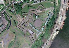 La Citadelle de Québec «La Citadelle de Québec est une fortification située sur le Cap Diamant dans la ville de Québec. Adjacente aux Plaines d'Abraham, elle est partie intégrante des fortifications de la vieille ville. La ville de Québec et Campeche au Mexique sont les deux villes en Amérique du Nord qui ont conservé l'ensemble de leurs fortifications, dont l'enceinte.» - Wikipedia