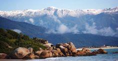 As montanhas da cidade de Palhoça, na Grande Florianópolis, em Santa Catarina, Brasil