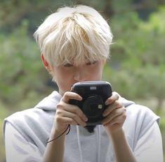 Fandom Kpop, Kim Sun, Happy Pills, Indie Outfits, Vmin, Aesthetic Iphone Wallpaper, Kpop Boy, Girl Group, Bangs