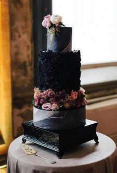 Floral Wedding Cakes - Black and white wedding cakes are never go out of style. It's always exquisitely Black And White Wedding Cake, Black Wedding Cakes, Floral Wedding Cakes, Wedding Cake Rustic, Elegant Wedding Cakes, Beautiful Wedding Cakes, Wedding Cake Designs, Beautiful Cakes, Amazing Cakes