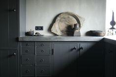 kast Studio Kitchen, New Kitchen, Zinc Countertops, Cabin Kitchens, Dark Kitchens, Clutter Organization, Kitchen Stories, Interior Design Inspiration, Kitchen Inspiration