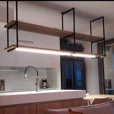 Dit stalen keukenrek is op maat gemaakt voor een opdrachtgever uit België. De legplanken zijn gemaakt van eikenhout en het geheel is voorzien van LED-licht.