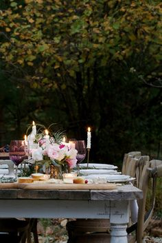 A romantic holiday party table setting - I am all about romantic details over here. They might be as simple as a bouquet on a small table . French Country Cottage, French Country Style, French Country Decorating, Xmas Party, Holiday Parties, Fresco, Outdoor Dinner Parties, Outdoor Dining, Table Settings