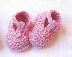 Looks like a blog for crocheted baby shoes - in a foreign language definitely - some of the shoes have charts and progressive pattern pics