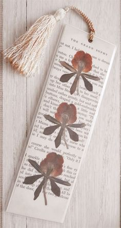 Vintage Book Page & Pressed Flower Bookmark Bookmark for printing, small dry flowers as decoration, a white tassel Source by emmaschool Diy Bookmarks, How To Make Bookmarks, Bookmark Making, Printable Bookmarks, Bookmark Ideas, Book Crafts, Diy And Crafts, Paper Crafts, Book And Coffee