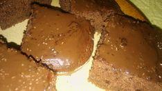 2 hrnky hladké mouky 1 hrnekpolohrubé mouky 1,5 hrnkucukru 1 ks čokoládový pudink 1 ks prášek do perníku 1 ks prášek do pečiva 1 ks vanilkový cukr 3 lžícekakaa 1 lžičkaskořice ,Mokré,, suroviny: 2 hrnkymléka 1 hrnekoleje 2 ksvejce 3 lžícepovidel Navíc: nasekané ořechy rozinky poleva kokos cukr