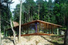 Esta vivienda situada en un bosque de Austria se llama 'Casa de vacaciones para terroristas' y tiene todo lo necesario para ser una vivienda habitable: luz, agua corriente, cama… Pero ni es un escondite paramilitar ni está pensada para que alguien viva en ella. Es, simplemente, la materialización de un diseño del artista alemán Thomas [...]