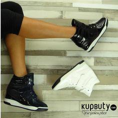 Rewelacyjne sneakersy z lakierowaną fakturą i motywem skóry węża. Mają białą kontrastową wstawkę w podeszwie, która dodaje im lekkości i świeżości. Buty są miękkie i bardzo lekkie. Góra część zapinana na rzep, zapewniając idealne trzymanie się butów przy stopie. Wnętrze w całości wyścielone tkaniną.  Wysokość koturny: 6cm #shoes #style #fashion #sneakers #girls #online #follow #black #cool #blue #white