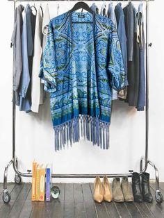 Acheter un kimono femme imprimé palmette et surteint en bleu avec des franges longues ton sur ton. Consommer des créations uniques , originales et upcyclées . Pièce unique pour un vêtement femme upcycling