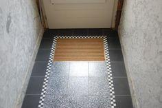GRANITO RETRO VLOERTJE    cementtegel en granito tegel 20x20x1,6 cm  De retro granito vloer van Rozetta is gebasseerd op de oude granito vloeren uit oude huizen met een zwart-wit geblokt randje in.