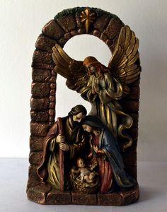 Presépio com Anjo <br> <br>O Natal já chegou, que tal presentear com este lindo Presépio com anjo. <br> <br>Feito em gesso com São José, Maria e o Menino Jesus e Anjo. <br>Feito com pintura rústica e envelhecida. <br> <br>Temos este presépio em pronta entrega! <br> <br>Boas Compras!!!
