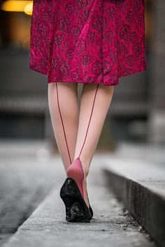 Retro Outfits, Vintage Inspired Outfits, Vintage Outfits, Secret In Lace, Outfit Zusammenstellen, Outfit Des Tages, Fully Fashioned Stockings, Stockings Heels, Zapatos