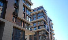 Клинкерный кирпич используется для облицовки фасада многоэтажного жилого комплекса