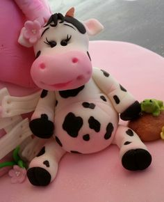 Cuty cow cake topper Cowgirl Cakes, Cow Craft, Cow Cakes, Polymer Project, Frosting Techniques, Chibi Characters, Biscuit, Fimo Clay, Pasta Flexible