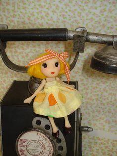 muñeca de 10 centímetros, mueve brazos y piernas.