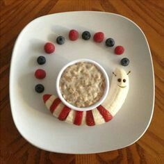 Banana caterpillar Berries and Organic Cereal Paleo Kids Creative Meal Art Ideas Thanks to Gabriela Fischer of Fun Meals 4 Kids for these terrific food sculptures featuring bananas and other nuritious & delicious foods! Gabriela is devoted to promotin Cute Snacks, Cute Food, Good Food, Yummy Food, Party Snacks, Breakfast Party Foods, Breakfast For Kids, Breakfast Ideas, Food Art For Kids
