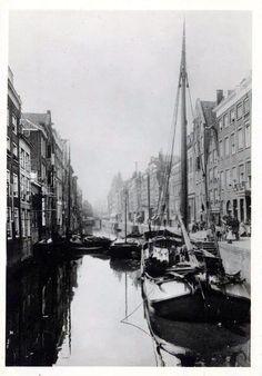 Dit is het Groenendaal anno 1910. De naam Groenendaal herinnert aan de oude toestand in het begin van de 16de eeuw, toen dat gehele gedeelte nog weiland en tuin was en men ten zuiden van de buitendijksloot (Steigersgracht) als in een groen dal kwam. Op 11 januari 1911 werd besloten tot demping van de Groenendaalsgracht. Daarbij verviel ook de vroegere Poppenbrug, die over deze gracht lag ter hoogte waar ze in de Nieuwehaven uitkwam. Het huidige Groenendaal ligt ongeveer ter plaatse van de…