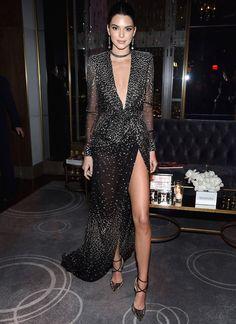 Kendall Jenner lució su look más sexy, con un escote hasta el ombligo