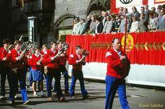 Der Spielmannszug marschiert an der Ehrentribüne zum 1. Mai in der Greizer Ernst-Thälmann-Straße vorbei. | Greiz zu DDR – Zeiten in den 1980er Jahren