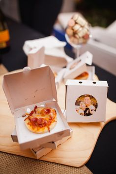And these mini-pizzas in MINI-BOXES are an amazing way to treat your guests to a late-night snack. And these mini pizzas in MINI BOXES are an amazing way to treat your guests to a late-night snack. Wedding Snacks, Edible Wedding Favors, Wedding Favors Cheap, Brunch Wedding, Wedding Night, Wedding Foods, Wedding Ideas, Edible Favors, Wedding Menu