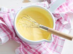 Wir zeigen zwei Varianten der Sauce hollandaise vegan: einmal mit Mehlschwitze, einmal mit Seidentofu zubereitet. So geht's Schritt für Schritt!