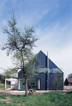 Heute zeigen wir euch ein schwarzes Einfamilienhaus, das in ländlicher Umgebung gebaut wurde. Realisiert wurde das Projekt von dem Architekturbüro Bohn Architekten. Das Haus besticht durch seine dezente und stilsichere Formensprache, die in Kombinatio...