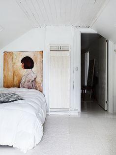 Vierasvuoteen päätynä on iso tuntematon maalaus, jonka Marjaana on löytänyt ja ostanut kirpputoriretkillään. Vanhan sermin voi levittää näkösuojaksi halutessaan.