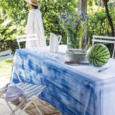 Une nappe en coton blanc peinte de bleu
