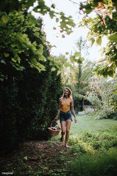 Walking Barefoot, Going Barefoot, Love Handle Workout, Fishing Girls, Photos Of Women, Image Photography, Amazing Photography, Female Images, Couple Shoot