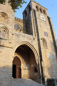 Top 11 attractions of Évora Medieval Unesco city - via Heartofvagabond 21.11.2014 | Évora is one of the most beautiful cities in southern Portugal and a UNESCO heritage city. Come and discover the top 11 attractions.