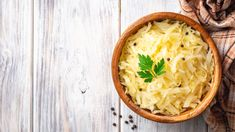 DIY Kitchen Project: Sauerkraut in Mason Jars Making Sauerkraut, Homemade Sauerkraut, Sauerkraut Recipes, Plant Based Nutrition, Plant Based Diet, Plant Based Recipes, Fermented Cabbage, Fermented Foods, Using A Pressure Cooker