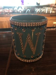 Glitter Wine Glasses, Diy Wine Glasses, Decorated Wine Glasses, Painted Wine Glasses, Shot Glasses, Clay Cup, Wine Bottle Crafts, Liquor Bottles, Diy Gifts