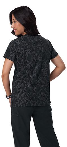Stylish, split-neck top in printed 4-way stretch 73% Polyester, 22% Rayon, 5% Spandex Riveted patch pockets Side slits