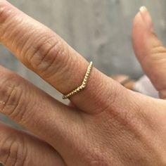 Jonc minimaliste en forme de v avec boules Style Minimaliste, Minimalist Jewelry, Bracelets, Bangle Bracelet, Bracelet, Bangles, Bangle, Arm Bracelets